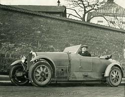 Нажмите на изображение для увеличения.  Название:058. Andre Derain in his pale blue racing car copy.jpg Просмотров:348 Размер:147.8 Кб ID:32317